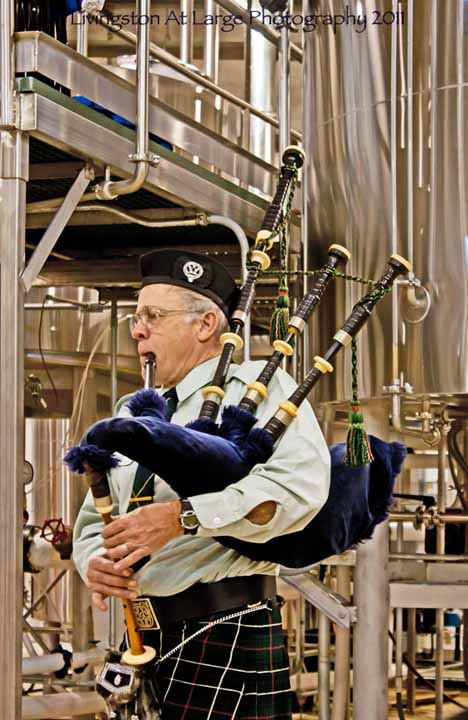 Saint Andrews-Bagpiper in brewery